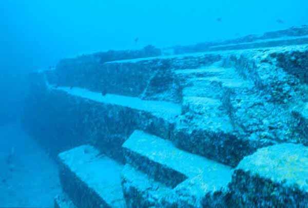 piramide bajo agua